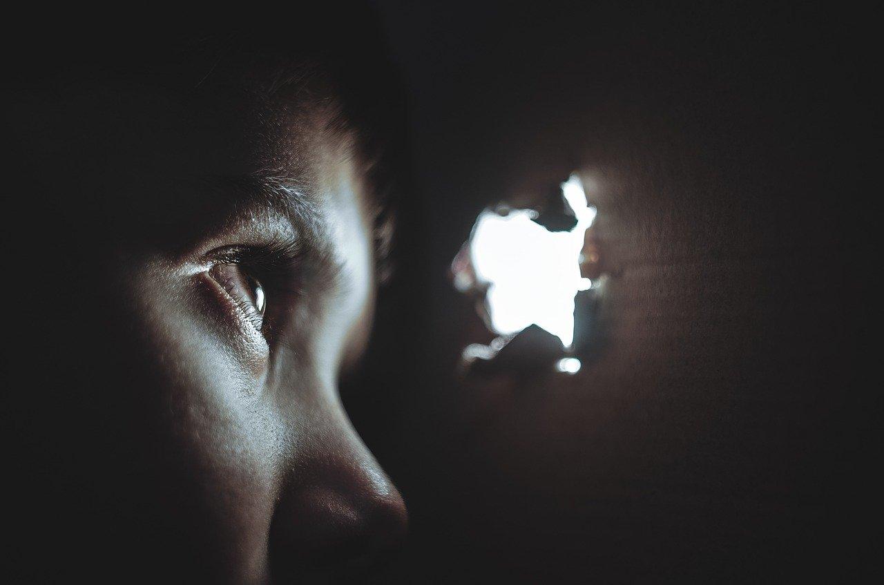 В Атырау идёт суд над воспитательницей, избивавшей ребёнка в садике