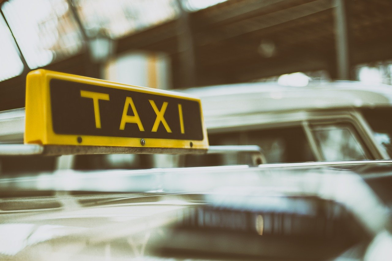 Подсадные клиентки разоблачали нелегальных таксистов в Костанае