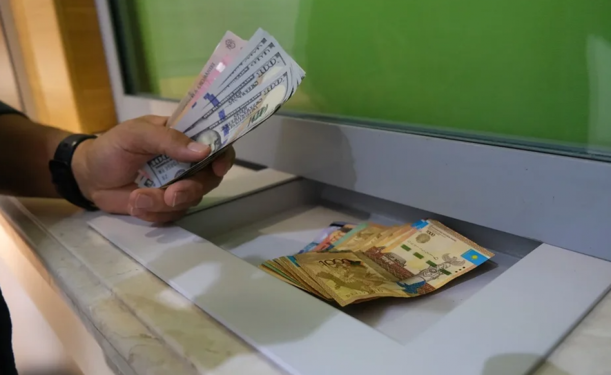 «Кредитное рабство»: Казахстанцы задолжали банкам второго уровня более 14 трлн тенге