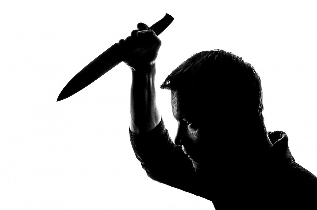 Напал на нотариуса с ножом: грабитель-гастролер предстал перед судом в Караганде