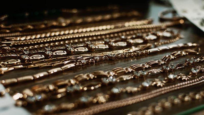 Таможенник помог тайно провезти в Казахстан золото на 31 миллион тенге