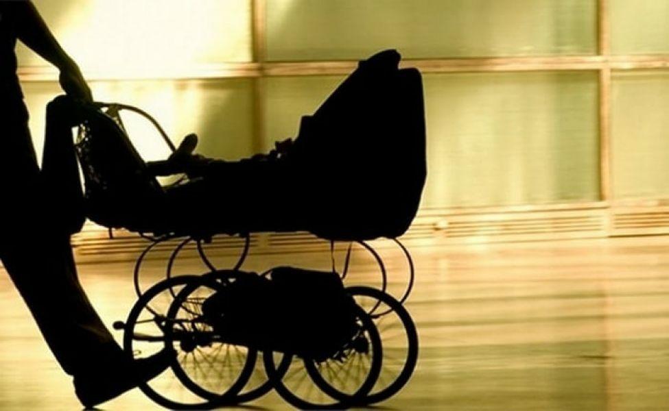 Два жителя Семея воровали сладости и продукцию Apple с помощью коляски с ребёнком