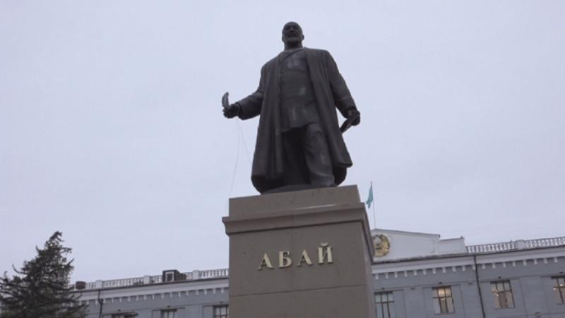 Житель Павлодара, закидавший яйцами памятник Абаю, получил 7 суток ареста