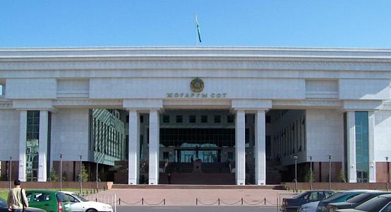 Юристам запретили фотографироваться на ступеньках Верховного суда Казахстана