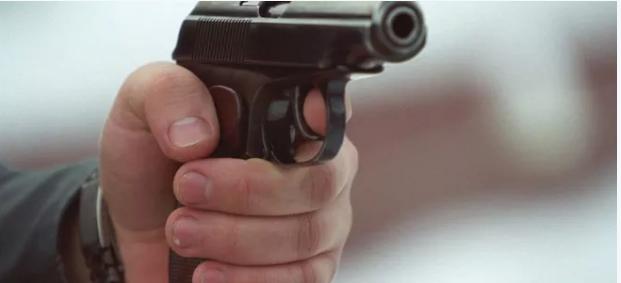 Отец с сыном обезвредили грабителя с пистолетом в Атырау