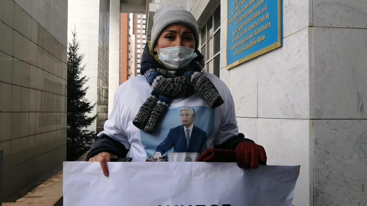 Жена подсудимого по делу «Астана LRT» вышла на одиночный пикет в Нур-Султане